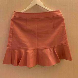 Rosa fuskläder kjol från Rut&Circle. Kjolen har en dragkedja med ringdetalj baktill.  Kan mötas upp i Borås, eventuellt Göteborg, annars står köparen för frakten.