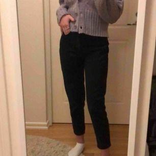Svarta mom jeans från pull&bear. Super snygga. Säljs på grund av att dem inte kommer till användning därav fint skick.  (Köparen står för frakt)
