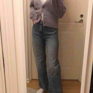 Raka, väldigt populära, jeans från Monki. Snygg blå jeans färg. Dem är helt oanvända, därav nyskick. Lägger sig perfekt över skorna.  (Köparen står för frakt)