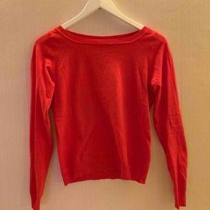 Röd tröja köpt begagnad. Tyvärr är lapparna bortklippta och jag kan därför inte avgöra storlek samt vad den är gjord av för material. Den är väldigt stretchig och passar mig som är S/M