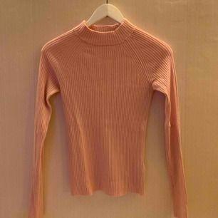 Rosa ribbad tröja från Gina tricot med en kort krage.  Jag kan mötas upp i Borås, eventuellt Göteborg, annars står köparen får frakten.