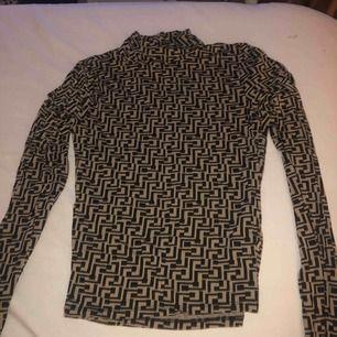 Aldrig använd mönstrad polo tröja från Gina tricot, frakt ingår.