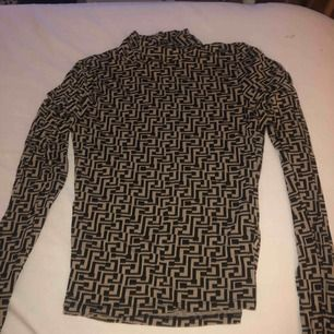 Aldrig använd mönstrad polo tröja från Gina tricot, frakt tillkommer