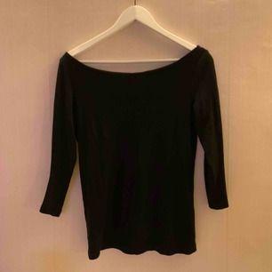 Ribbad off-shoulder tröja från Vila. OBS den är väldigt stor i storleken och sitter löst på mig som har S/M.   Jag kan mötas upp i Borås, eventuellt Göteborg, annars står köparen för frakten.