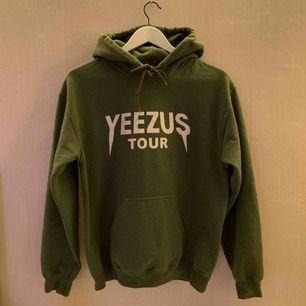 Säljer min älskade Yeezus Tour tröja då den tyvärr inte kommer till användning längre. Tröjan är inte äkta men är av god kvalité.   Jag kan mötas upp i Borås, eventuellt Göteborg, annars står köparen för frakten.