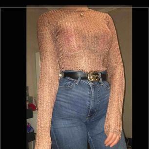Body från Nelly.com. Ribbad i tyget och en aning genomskinlig. I bra skick och knappt använd.