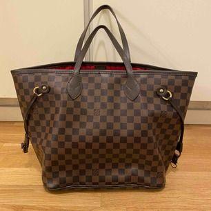 Säljer Louis Vuitton väskan i äkta läder. Den är kopia. Väskan är i bra i skick förutom handtagen som är lite sliten, se sista bilden.