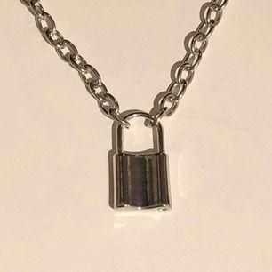 Silvrigt kedjehalsband med lås, helt oanvänt. Kedjan mäter 50cm och låser 1,5cm. Frakt tillkommer🥀❤️