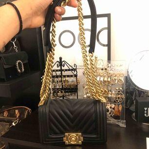 Säljer nu en supersnygg chanel inspirerad väska i guld detaljerna, har använt fåtal gg. Passar in alla iphone plus och andra saker.  Tar swish, frakten betalar köparen!