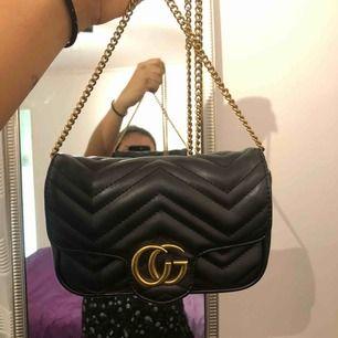 Säljer nu en gucci marmont super mini *inspirerad väska* i guld detaljerna, har använt fåtal gg. Passar in alla iphone plus och andra saker.   Tar swish, frakten betalar köparen!