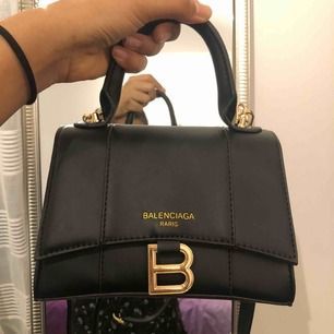Säljer nu min oäkta balenciaga väska! Den är helt ny i gulddetaljer och har inte kommit till något användning. Tar swish, frakten betalar köparen!