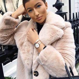Ljusrosa faux fur coat från Zara, ena knappen har gått av & tyget är sönder i ärmarna men ingenting som syns på! Därav priset, fraktar inte