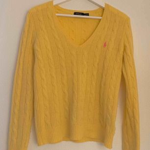 A nice Ralph Lauren sweater that has been worn but it's a great piece that gives a vintage feeling with the warm yellow colour