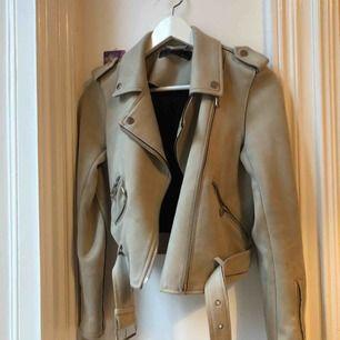 Mockajacka från Zara i beige. Det här är en mycket fin jacka som behöver få bli ompysslad💛. Inköpt för 600kr och med tanke på den lilla fläcken (se bild 2), är priset sänkt rejält. Annars är jackan i mycket fint skick.
