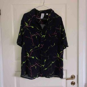 Kortärmad skjorta från collusion. Nästan aldrig använd, därav att jag säljer den. Storlek Large. 120 inklusive frakt, möts ej upp.