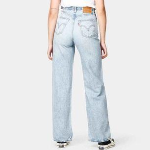 Levis wide leg jeans i nyskick! Använda endast fåtal gånger!  Nypris 1250kr. Stl, 27/32!  Säljer pågrund av att dem blivit för korta och för stora i midjan! Köparen står för frakt! Skriv för mer bilder❤️