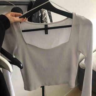 Vit slimmad tröja från HM med super fin skärning runt halsen. Aldrig använd pågrund av fel storlek