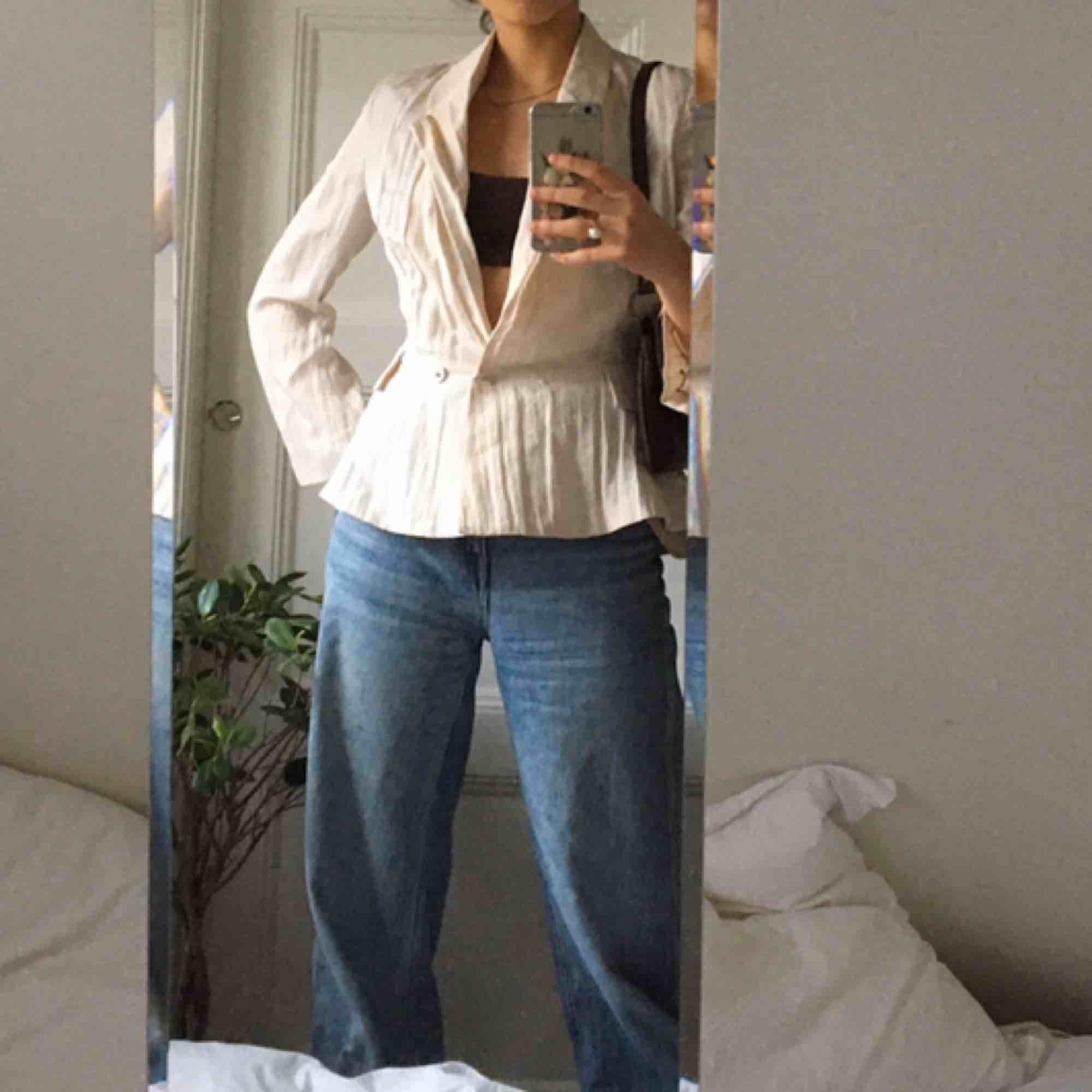 Så figursydd snygg acne kavaj! Tyvärr för liten för mig men så fin gammalvit färg:). Kostymer.