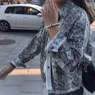Säljer min supersnygga Zara jacka i storlek 36. Fått många komplimanger för denna. Superfint skick