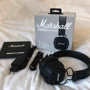 Säljer mina svarta Marshall Major III Bluetooth hörlurar som jag köpte i somras, pga. Jag ska köpa ett par andra. Sparsamt använda, alla tillbehör medföljer och fungerar perfekt. Kan mötas upp i Lund ☺️✨  Ordinarie pris. 1199kr