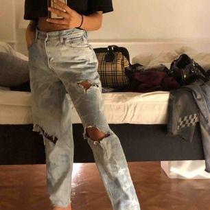 Säljer dessa skit snygga Levis jeans som är blekta!  Storlek: 26, eller 36.