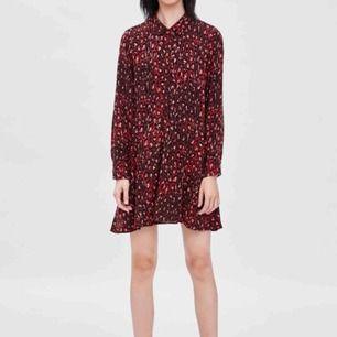 Jättefin klänning, passar perfekt att ha en stickad tröja över nu💖 Helt oanvänd och har till och med prislappen kvar