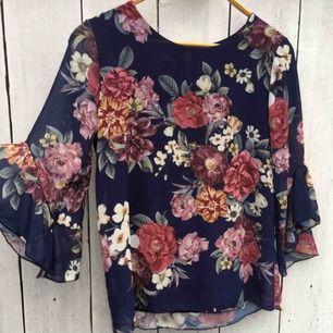 Säljer en blommig blus med volangärmar som är helt oanvänd🌸Den är i storlek L men är liten i storleken så passar även nån med storlek M🌼