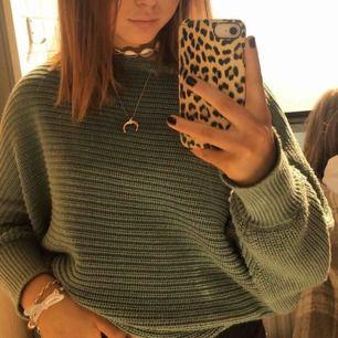 Superfin stickad tröja i en jättefin grön färg! Köpt på NAKD och har tyvärr ett litet hål längst ner på ärmen men inget som syns särskilt mycket! 💕🌸