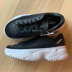 Helt nya svarta adidas sneakers i en riktigt snygg modell. Med liten platå och räfflad sula passar den perfekt året om :) lappar sitter kvar och låda finns.