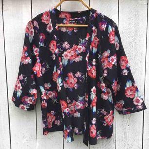 Säljer en så himla fin kort blommig kimono som är använd ca 2-3 ggr🌺 Går även att använda som blus om knyter den eller har en knappnål.