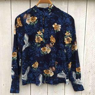 Säljer en skitfin blus från Vila som är i ett underbart mönster med blommor & fåglar🌻🦜Använd endast 1 gång så är så gott som ny.🌼
