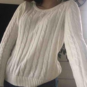 Super fin vit kabel stickad tröja från ONLY. Säljer då den inte används längre pga inte min stil. Bra skick, inga fläckar eller hål! Frakt tillkommer🌸