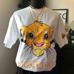Säljer helt ny oversize tshirt med tryck(lejon kungen) för 100kr  Halsbandet helt ny för 100kr  Tar swish, frakten betalar köparen