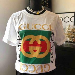 Säljer helt ny oversize tshirt med tryck(gucci) för 200kr  Halsbandet helt ny för 129kr/st  Tar swish, frakten betalar köparen