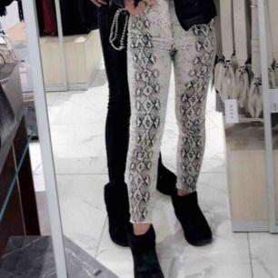 Skitballa snake jeans från Zara! Strl 36 men passar 34 också. Jättebra skick😚🐍