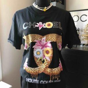 Säljer helt ny oversize tshirt med tryck(chanel) för 200kr  Halsbandet helt ny för 129kr/st Tar swish, frakten betalar köparen