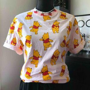 Säljer helt ny oversize tshirt med tryck(pooh) för 100kr  Halsbandet helt ny för 129kr  Tar swish, frakten betalar köparen
