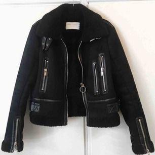 Biker jacket i mocka med läder detaljer från Zara. Foder inuti som håller en varm även de kallaste vinterdagarna❄️ Köpt på plick för ett år sedan, men kommer tyvärr inte till användning längre. Bilderna tillhör den förra ägaren. Köparen står för frakt💕