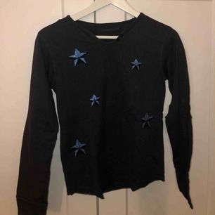 Långärmad tröja från Zadig & Voltaire med stjärnor. Är från barnsidan men skulle säga att den passar en XS. Ord. Pris ca 800kr! Inga slitningar alls!