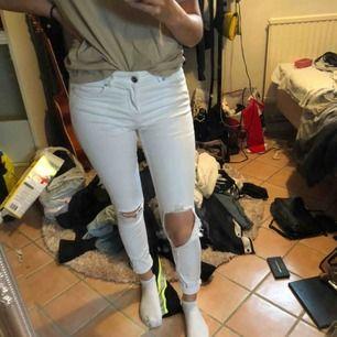 Vita jeans, hål i knäna. Sjukt sköna å snygga 🥰