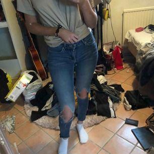 Jeans strl 27/s. Sitter sjukt snyggt på 🤛🏻
