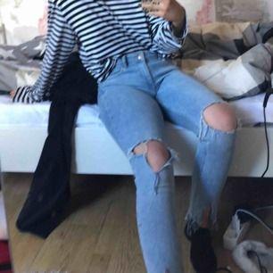 Blåa jeans med hål på knäna från HM! Strl 38 men passar också 36. Har klippt egna slitsar längst ner🌸🐬💙