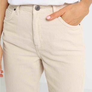 """Super snygga Byxor från Urban Outfitters deras egna märke BDG! """"Mom"""" modell, höga i midjan. Köpta för ungefär ett år sen men sällan använda , bra skick!! ✨✨ bilder tagna från zalando, original pris. 600kr (köparen står för frakt)"""