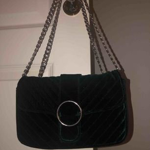 Handväska från Gina Tricot. Använd 3 ggr. Säljer för att den ej används väldigt fint skick!! Den är mer grön i verkligheten. Köparen står för frakt