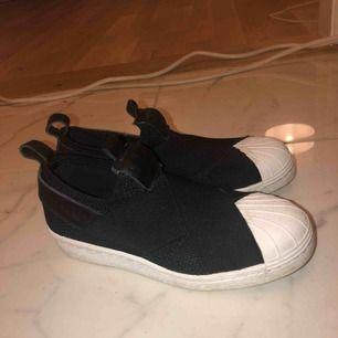 Adidas slip on. Såååå sköna skor säljer pga att de ej används har föör många skor. Knappt använda finns inget slitage bara lite smutsiga.🥰 köparen står för frakt