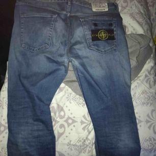 hej  säljer mina feta jeans märket av Stone Island,  det är storlek 34 på jeansen,  ordpris: 3200 hör av er vid snabb affär  pruttbart mvh