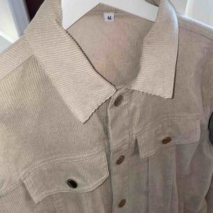 Jacka i beige manchester i storlek M. Köpt från ett UF-företag (@corduroyUF) våren 2019 för 500kr. Jag säljer den eftersom att den är lite för stor för mig och har därav inte kommit så mycket till användning.  Priset kan även diskuteras!