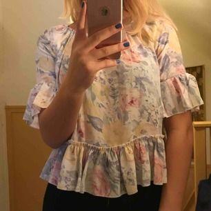 Söt blommig tröja med volanger i storlek XS från Bik Bok!