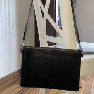 Svart väska från Carin Wester. Använd 2 gånger, säljer den eftersom att det inte riktigt är min stil.