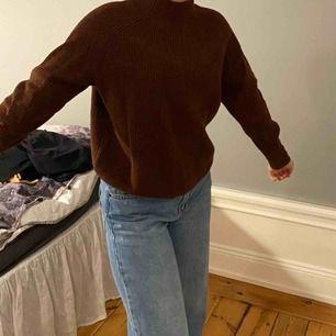 Jättefin brun stickad tröja med en liten polokrage i bra skick. Köpt från Weekday, nypris: 500 men säljer för 200kr. Frakt tillkommer